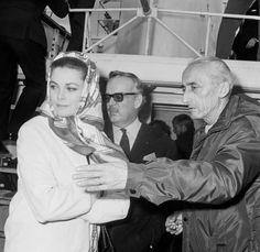 Sur le pont du bateau, le commandant Cousteau s'entretenant avec le prince Rainier et la princesse Grace, à Monaco le 19 février 1967.