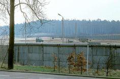 2113 Berlin-West, 1976, am Mauerstreifen in Wannsee. Hinter dem Schild - die Bernhard-Beyer-Straße führt nach Steinstücken - sind die Hunde zu erkennen.