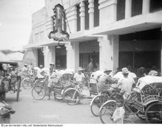 Betjaks (fietstaxi's) in straatbeeld van Surabaya, Indonesië From the collection: Indonesia independent - Photographs Date of creation: 1 januari 1950 tot 31 december 1950 Dutch East Indies, Dutch Colonial, Surabaya, Photojournalism, Old Pictures, The Past, Street View, Van, History