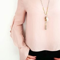 Notre Collier Victoria qui sortira dans quelques jours Un joli Mélange de couleur or et argent et une jolie pampillle neutre beige feront qu'il pourra etre porté avec beaucoup de tenues. différentesj'adore (Magnifique photo réalisée par @refletscuivres )