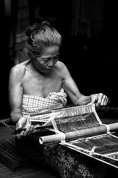 A weaver making traditional ikat fabric in Tenganan, Bali Laos, We Are The World, People Around The World, Kung Fu, Grabar Metal, Philippines, Burma, Art Tribal, Taj Mahal
