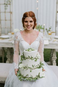 Vintage Green and Gold Wedding Inspo Green Gold Weddings, Green Wedding, Diy Wedding, Wedding Ideas, Bulk Flowers Online, Wedding Cakes With Flowers, Vintage Green, Vintage Style, Bridal Beauty
