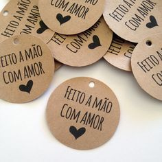 feito com amor - Pesquisa Google Handmade Crafts, Diy And Crafts, Paper Crafts, Logo Doce, Envelopes, Party Decoration, Mocca, Hang Tags, Bookbinding