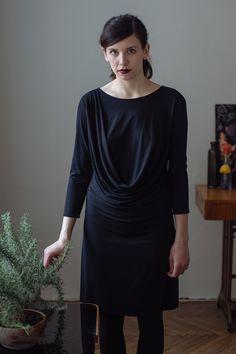 minimalistické asymetrické šaty s řasením, které začíná na rameni a přechází protilehlému boku. 7/8 rukávy. bez výstřihů.