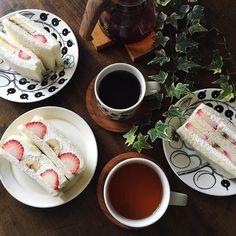 2016.1.16 Today's breakfast at home . Strawberry & Banana with whipped cream yogurt . Whipped cream yogurt have Greek-style yogurt(Drain yogurt)Light whipping cream(3:1 ratio) Maple syrup. . Have a happy weekend . フルーツサンドイッチでおはようございます . サンドイッチ用のパンを全部使ったのでpicには写ってないけれど三角バージョンもありますが息子くん待てずに先に食べてます . いちごが2パックあると思っていたら1パックしかなくて焦りましたがフルーツのカットの仕方を変えてなんとか足りました 家で作るフルーツサンドはカット面以外もフルーツたっぷりなので家族に好評です今朝も笑顔が見れてよかった(ᴗ) . 私は珈琲旦那さんは紅茶息子くんはミックスジュースと私だけキッチンで1人アワアワしてたのがpicには写ってないけど朝から疲れた ちょっとゆっくりしよーっと…