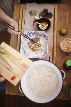 """Mám ráda vietnamskou kuchyni. Myslím vietnamskou, ne """"čínu"""". Vietnamská bistra se za poslední tři roky vyrojila po celé Praze a v těch nejlepších se stojí fronta vlastně na cokoli. Mám ráda Bun Cha, Nem Lui s rybí omáčkou, ale hlavně Pho Bo.  Tahle polévka je úžasná. Je"""