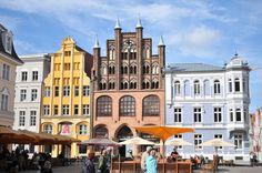 Die Hansestadt Stralsund liegt vor Rügen Notre Dame, Louvre, Street View, Mansions, House Styles, Building, Places, Travel, Old Town