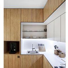 Cozinha show: assim eu classificaria essa cozinha maravilhosa. Adorei a ideia de recobrir a viga sobre os armários com um madeirado dando a ideia de serem armários mais altos.