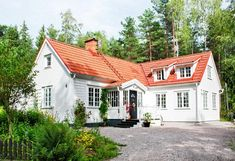 The new part of the house is built as a corner Nordic Home, Scandinavian Home, House Roof, My House, New England Hus, Sims 4 House Building, Pintura Exterior, Bungalow Homes, Modern Farmhouse Exterior