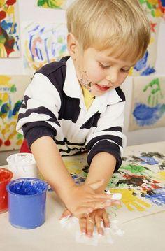 basteln-malen-mit-2jährigen-kindern-fingerfarben