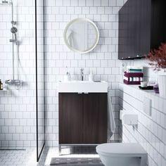 Litet badrum med LILLÅNGEN tvättställ och väggskåp i svartbrunt.