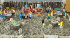 Wij gaan een modderkeuken maken in onze natuurspeeltuin. Met een gemetselde keukenblok, een handwaterpomp, een reuzevijzel om lekker te stampen, een balansweegschaal en natuurlijk een restaurant erbij. Dit is de maquette ervan. Nutsschool Maastricht Activities For Kids, Crafts For Kids, Small World Play, Outdoor Classroom, Learning Through Play, Reggio Emilia, Creative Kids, Playground, Life Pictures