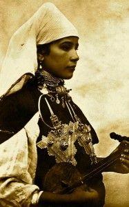 joueuse de lotar du Souss (Morocco)