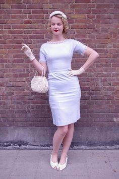 Prachtige ijs/babyblauwe pencil dress vermoedelijk gemaakt eind jaren 50 of begin 60. Accentueert de taille en creëert een prachtig pin-up silhouet.