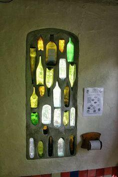 Un pequeño tragaluz para el baño, no sirve como ventana para ventilación, pero sí es muy decorativa y con la orientación correcta, luminosa.