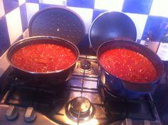 Spaghetti saus op Italiaanse wijze.  Gehakt, gepelde tomaten uit blik, tomaten puree, Lambrusco wijn, suiker, verse basilicum en oregano. Eet smakelijk.