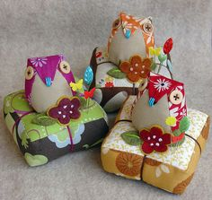 Adorable and colourful owl pin cushions. Sewing Hacks, Sewing Tutorials, Sewing Patterns, Fabric Crafts, Sewing Crafts, Sewing Projects, Owl Crafts, Diy And Crafts, Club Couture