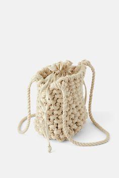 ZARA - Female - Natural rope bucket bag - Natural - M Macrame Bag, Craft Bags, Macrame Projects, Macrame Patterns, Knitted Bags, Crochet Accessories, Cute Crochet, Crochet Designs, Handmade Bags