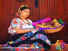 """RECORRIENDO MICHOACÁN. El traje típico de la mujer Purépecha, consta de una falda """"sabalina"""" con un ceñidor para detener las enaguas, del cual dejan salir 20 centimetros de tela para formar un rollo, una falda negra y otro ceñidor de adorno, la camisa se usa plegada sobre el pecho y con bordados en los hombros y en el escote con figuras de flores, los delantales son de cetona, con muchos colores. HOTEL VALMEN http://www.valmenhotel.com.mx/"""