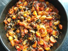 Υλικά:  250 γρ. γίγαντες 2 φύλλα δάφνης 2 ντομάτες (ή 1 νταματάκια κονκασέ) 1 κ. σούπας πελτέ ντομάτας 1 κρεμμύδι ξερό 2 πιπεριές Φλωρίνης 1 καρότο 1/2 φλ. τσαγιού ελαιόλαδο 4 κ. σούπας μαϊντανό μέτρια ψιλοκομμένο 1 πιπερίτσα καυτερή (προαιρετικά) 1 πρέζα χάχαρη αλάτι φρεσκοτριμμένο πιπέρι  Εκτέλεση:  Βάζουμε τους γίγαντες σε ένα μεγάλο μπολ με μπόλικο νερό και τους αφήνουμε να μουλιάσουν για τουλάχιστον 12 ώρες (ή από το προηγούμενο βράδυ). Την ...   Διαβάστε ολόκληρη τη…