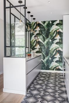 Character kitchen with geometric patterns and jungle for Cuisine de caractère aux motifs géométriques et jungle pour cet appartement … Character kitchen with geometric patterns and jungle for this apartment - Gorgeous Kitchens, Kitchen Wallpaper, House Design, Home, Jungle Wallpaper, Interior Design Inspiration, Interior Design Kitchen, Room Decor Bedroom, Interior Deco