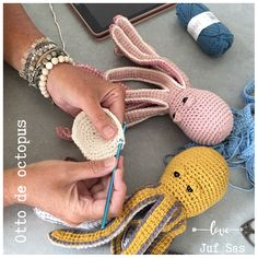 Otto de octopus handmade by juf Sas met gratis patroon - highcloud Crochet Easter, Diy Crochet, Crochet Toys, Crochet Baby, Crochet Animals, Crochet Christmas Decorations, Crochet Patterns Amigurumi, Beautiful Crochet, Stuffed Toys Patterns