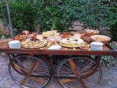 6 ideas para organizar una boda sencilla y económica Cheese Bar, Elegant Appetizers, Ideas Para Organizar, Buffet, Catering, Table Settings, Table Decorations, Food, Events