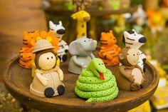 Festa infantil: O safári do Caio! Aniversário de criança comemora o primeiro ano do pequeno. Na decoração, bichinhos, plantas e flores