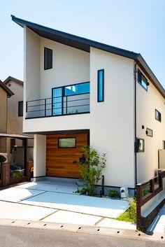 板張りを施した外観の事例集。どんな色の外壁にも無垢の板張りをプラスするだけで、重厚感あるオリジナルデザインに変わります!詳しくはHPのフォトギャラリーもご覧ください。#キノハウス#京都#注文住宅#家#マイホーム#自由設計#新築#一戸建て#おしゃれな家#デザイン住宅#家づくり#無垢材#建築#自然素材#住宅#木のぬくもり#アイデア#一軒家#外観#板張り Japanese Home Decor, Japanese Modern, Japanese House, Through The Window, Facade House, Modern Exterior, Minimalist Design, Home And Living, My House