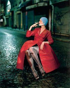 Paolo Roversi, Kristen McMenamy, rue de la Goutte d'Or, Paris, 1994 •