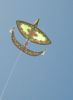 A large Wau Bulan in flight at the Adelaide Kite Festival. The Malaysian kite master and his wife had been invited to the event by the organizers. This kite flew steeper than many of the Deltas and Roks - and remained pretty stable on a simple 1-point bridle! Artistry and performance from kite technology that is hundreds of years old.
