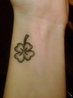 Lucky clover tattoo on Elsas wrist.