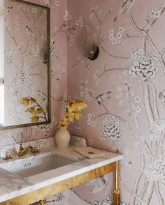 Pretty powder room with pink and white chinoiserie wallpaper, white satuario marble and a high gloss brass base. Pretty powder room with pink and white chinoiserie wallpaper, white satuario marble and a high gloss brass base. Powder Room Decor, Powder Room Design, Design Room, Powder Room Wallpaper, Bathroom Wallpaper, Oak Bathroom, Waterworks Bathroom, Bathroom Plumbing, Bathroom Mirrors
