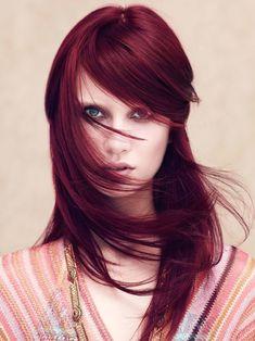 Eine ganz wilde, ungewöhnliche Kollektion an Haarfarben Trends präsentiert uns hier Aveda, die auf ausdrucksstarke Farben setzen, wie dieses satte Rot mit ganz leichtem Blaustich hier. Unbedingt vom Profi färben lassen, damit es nicht Lila wird!Mehr Frisuren hier - und ganz viele Nuancen von roten Haaren findet ihr hier