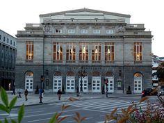 El Teatro Campoamor se encuentra en el centro de Oviedo, muy cerca del casco antiguo de Oviedo , justo enfrente del parque de San Francisco . Se trata de un espectacular edificio con una fachada de estilo neoclásico, con una buena acústica y una impresionante decoración interior.  Hoy en día el Teatro Campoamor es un símbolo de Oviedo y es conocida internacionalmente por los Premios Príncipe de Asturias .  Teatro Campoamor acoge el festival de ópera en Asturias,