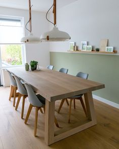 Eiken houten vloer in combinatie met onze Angle tafel - www.fairwood.nl Furniture Design Living Room, Diy Dining Table, Minimalist Dining Room, Luxury Dining Room, Modern Outdoor Dining, Home Decor, Dining Room French, Dining Table Chairs, Metal Dining Table