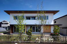 コの字型の中庭がある住宅です。