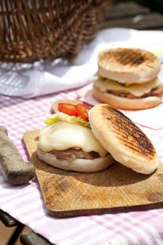 Burger au Leerdamer 2 Bagels, Barbecue, Mets Vins, Sandwiches, Cheese Recipes, Grilling, Wraps, Bread, Cooking
