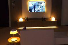 Der Ambilight-Effekt war bisher den stolzen Besitzern eines Ambilight-Fernsehers vorbehalten. Ab Dezember 2017 kann jeder Philips Hue-Nutzer mit einer Bridge der zweiten Generation das Film- und Konsolenerlebnis um eine Dimension erweitern. Mit dem neuen Philips Hue Entertainment-Feature, ergänzen Hue LED-Leuchten Bild und Ton auf dem Bildschirm um passende Farbeffekte. Candle Lamp, Candle Lanterns, Phillips Hue Lighting, Philips Hue, Lantern Chandelier, Strip Lighting, Living Spaces, Living Room, Flower Wall