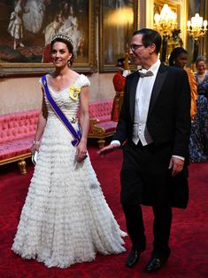 The Duchess of Cambridge, Kate Middleton, wore a white Alexander McQueen dress by Sarah Burton for the State Banquet Dinner at Buckingham Palace to mark President Donald Trump's state visit to the UK. Donald Trump, Donald Und Melania Trump, First Lady Melania Trump, Trump Melania, Alexander Mcqueen Kleider, Style Kate Middleton, Kate Middleton Photos, Middleton Wedding, Dress Wedding