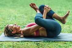 14 Yoga Poses for Flat Abs. They say abs are made in the kitchen, but that doesn't mean all exercise is in vain. Whether you're craving washboard abs or just a little less pooch, a healthy diet and regular workout routine will help you get there. Yoga Poses For Sciatica, Sciatica Exercises, Back Pain Exercises, Jnana Yoga, Piriformis Muscle, Bridge Pose, Yoga Moves, Types Of Yoga, Yoga For Beginners