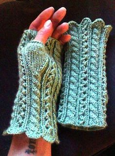 Ravelry: Fancy Wristlets pattern by Carolina´s Corner Fingerless Gloves Knitted, Crochet Gloves, Knit Mittens, Knit Crochet, Knitting Projects, Knitting Patterns, Crochet Patterns, Thick Yarn, Wrist Warmers