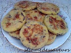 Ces Harhas salées ou galettes de semoule, sont préparées avec du Khliî (viande séchée et cuite à la marocaine), la matière grasse utilisée dans cette recette est un mélange de graisse de Khliî et de beurre, ce qui communique beaucoup de saveur à ces galettes....