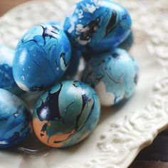 This year most trendy easter craft: Marbled eggs with nail polish. Tutorial with pictures, text in Swedish