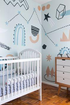 Quarto infantil com papel de parede estampado desenhado pela mãe do bebê.