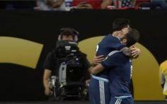 L'Argentina strapazza gli Usa e vola in semifinale. Stanotte Cile-Colombia L'Argentina domina la prima semifinale della Coppa America e rifila un poker ai padroni di casa degli Stati Uniti: per Messi un gol e due assist, doppietta anche per il Pipita Higuain. Lavezzi sigla  #argentina #coppaamerica #messi #usa