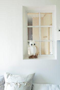 Dette barnerommet er romantisk og nostalgisk. For å bringe enda mer lys inn på rommet, er det satt inn et gammelt vindu mot nabosoverommet. Det gir lys og en rommerlilg dybde. Når enten bror eller søster vil være i fred, kan en liten rullegardin dras ned. Det er en på hver side av vegggen. Karmen brukes som springbrett opp til hemsen, og som nattbordshylle. Uglen som sprer fint nattelys om kvelden, er fra Bolina. Styling: Tone Kroken.