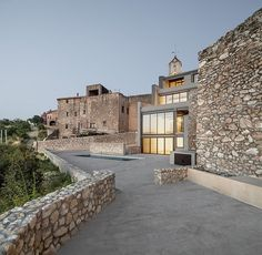 Rustic stone work with a modern house. M House by Vicente Guallart