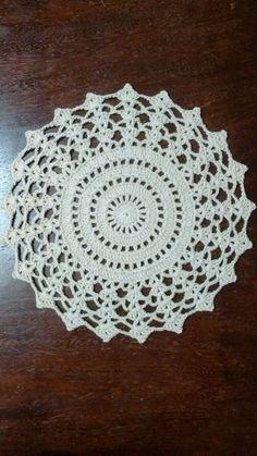 Sousplat em crochê, diâmetro 34 cm. produzido com fio 100% algodão, Barroco da Círculo.