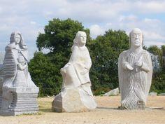 Trois sculptures présentes actuellement dans la Vallée des Saints.